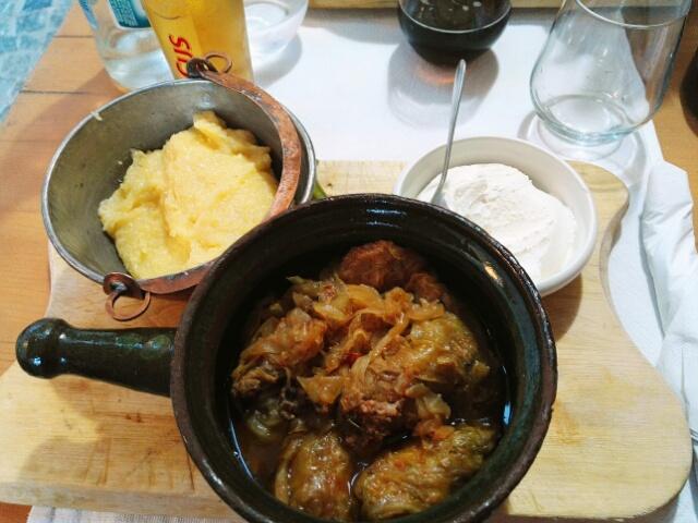 Sarmale : feuilles de chou farcies à la viande accompagnées de polenta et de crème aigre