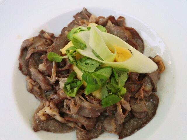 Pastrama de mouton : fines tranches de viande salée et épicée