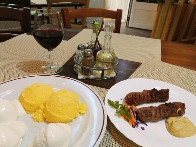 Mamaglia ci branza / mititei : polenta au fromage et à la crème avec des petites saucisses/boulettes de viande épicée